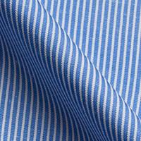 白と青の細かいストライプ<br/> パリッとした印象の生地質でしわになりにくい素材です。 ビジネスシャツなど長時間の着用におススメです。