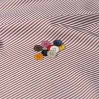 ボタンとレッド ストライプの生地
