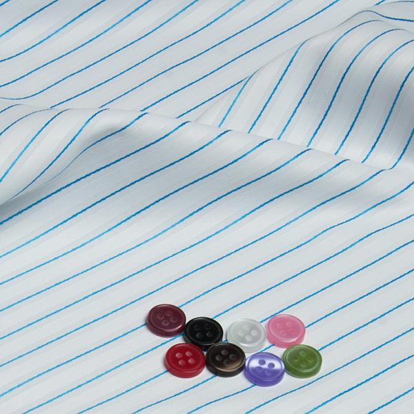 ボタンとホワイト/水色ストライプの生地