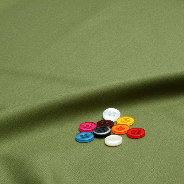 ボタンとモスグリーン無地の生地