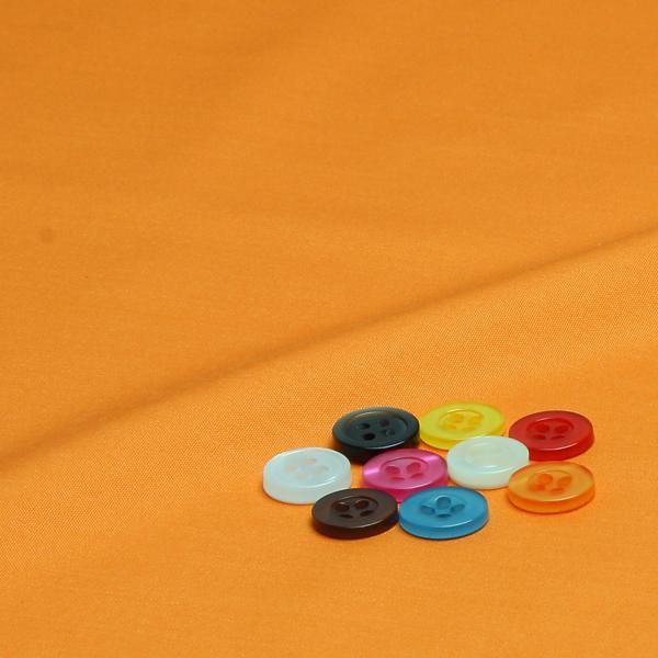 ボタンとキャロットオレンジ無地の生地
