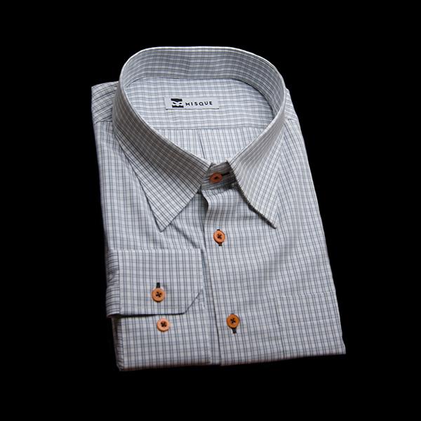 オレンジボタンのグレーチェックシャツ